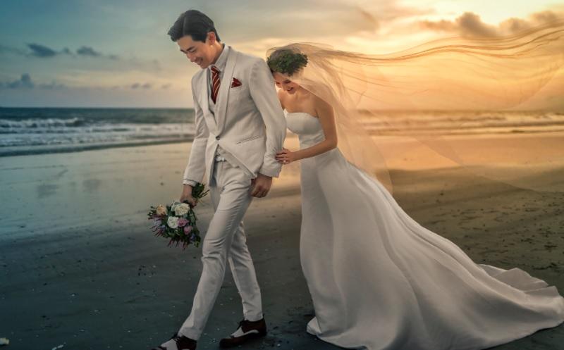 Treo ảnh cưới trong phòng ngủ hợp phong thủy. Treo ảnh cưới đối diện gương soi có tốt không?