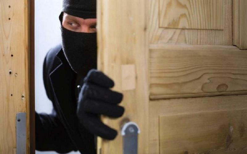 Mơ thấy ăn trộm là điềm báo gì? Nằm mơ thấy ăn trộm vào nhà.