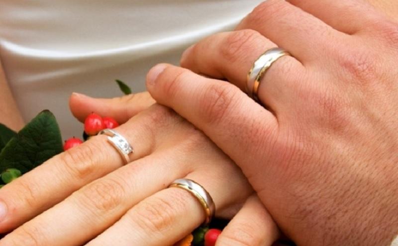 Đeo nhẫn cưới tay nào? Có nên đeo nhẫn cưới trước khi cưới không?
