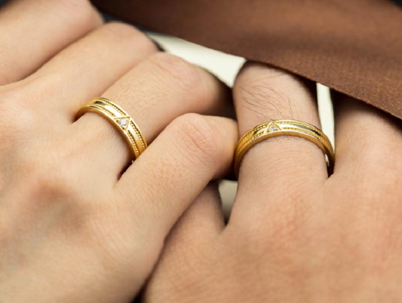 Đeo nhẫn cưới tay nào? Nên đeo nhẫn cưới tay nào? Nữ đeo nhẫn cưới tay trái được không?