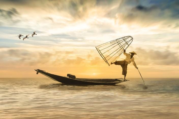 Nằm mơ thấy bắt cá nên đánh con gì?