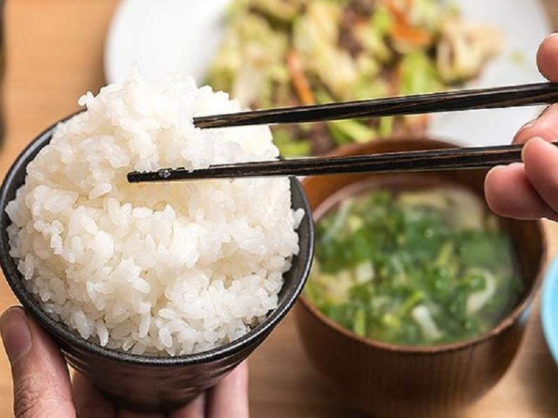 Mơ thấy ăn cơm là điềm gì?
