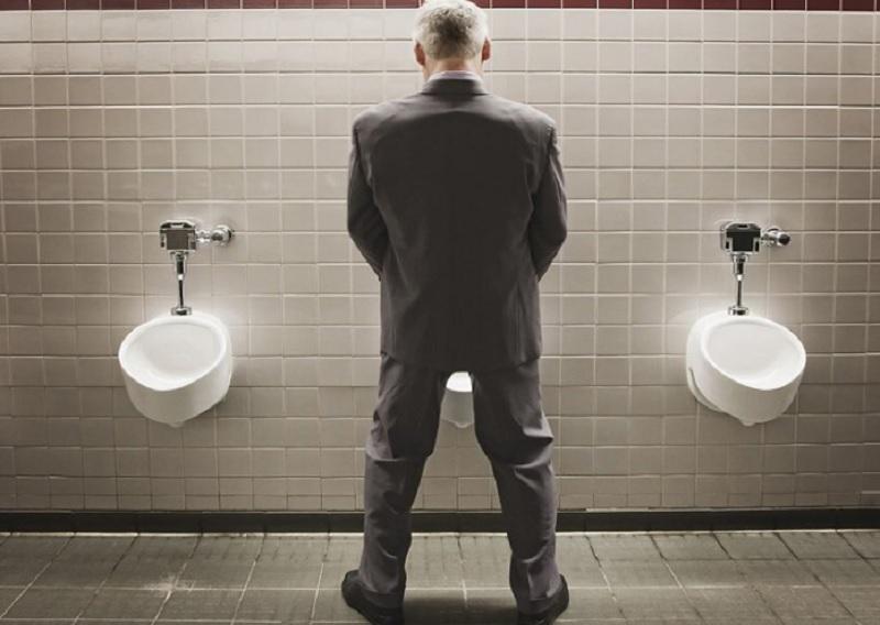Mơ thấy mình đi tiểu ở nhà vệ sinh công cộng. Mơ thấy đi tiểu là điềm gì?