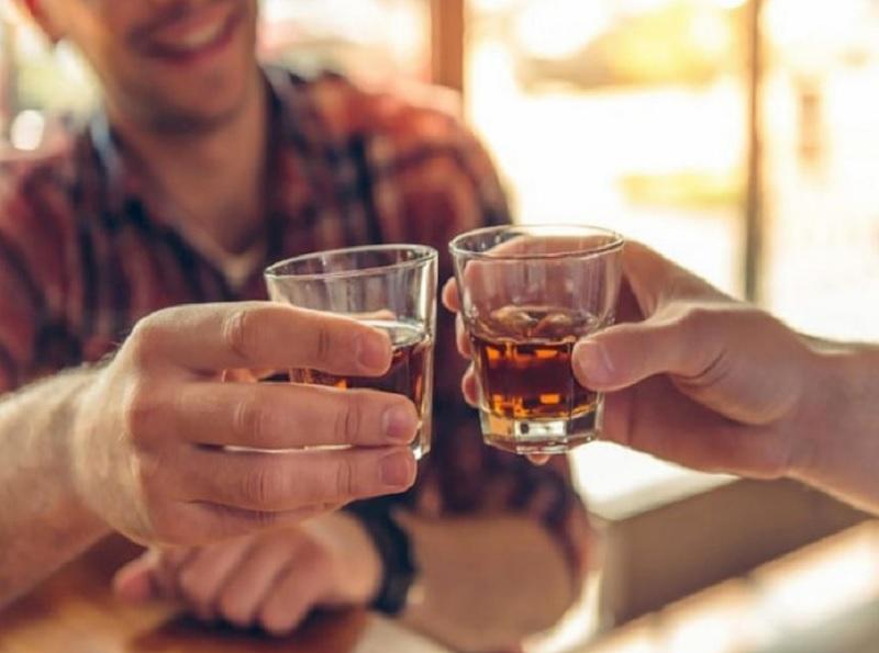 Mơ thấy uống rượu với người khác. Mơ thấy uống rượu là điềm gì?