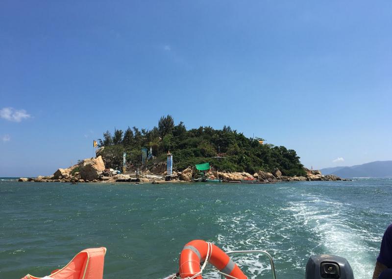 Ngôi chùa đẹp ở Nha Trang độc đáo nằm giữa biển. Chùa Từ Tôn